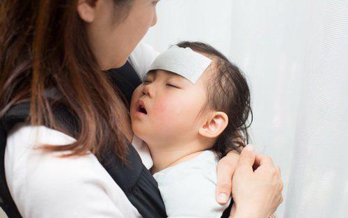 Bác sĩ Nhi khoa mách 5 bí quyết chăm sóc khi trẻ bị ốm lúc giao mùa