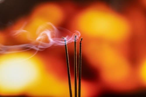 Khói nhang độc như khói thuốc lá: Những tác hại khi đốt nhang quá nhiều - Ảnh 2.