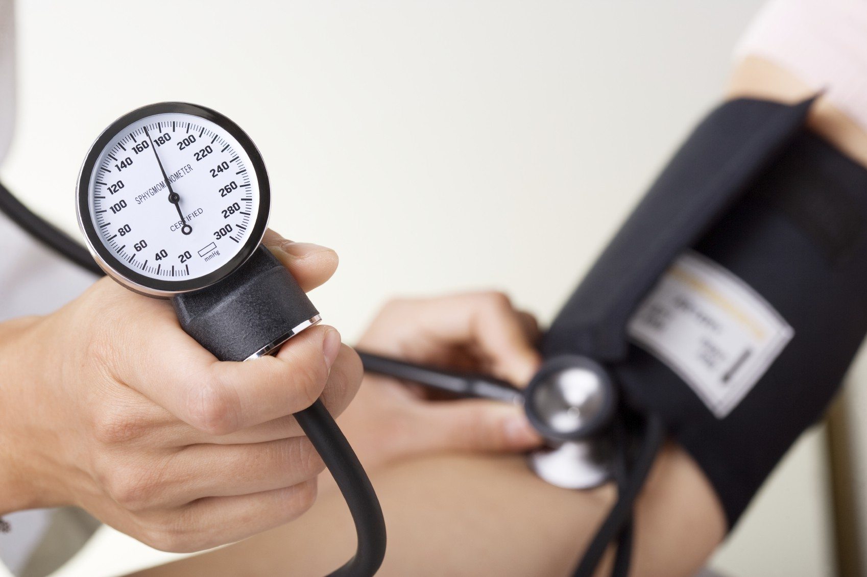 Huyết áp cao là gì? Nguyên nhân, dấu hiệu và cách điều trị - Ảnh 1.
