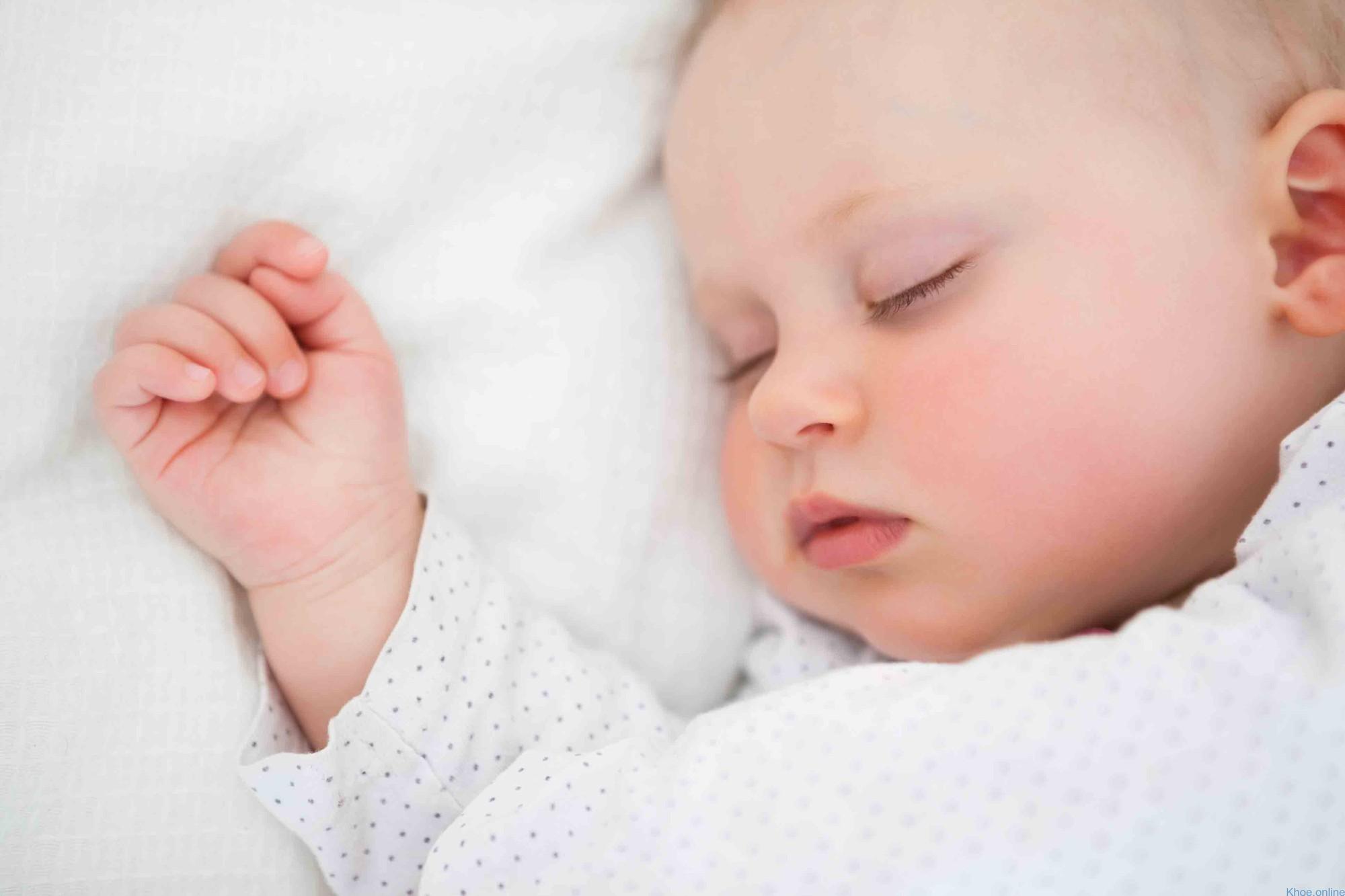 cho trẻ sơ sinh bú