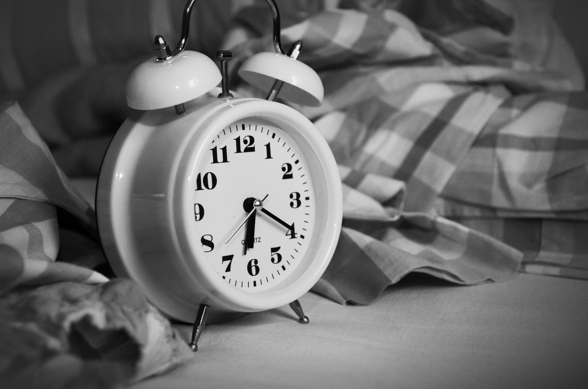 alarm-clock-analogue-bed-bedroom-271818