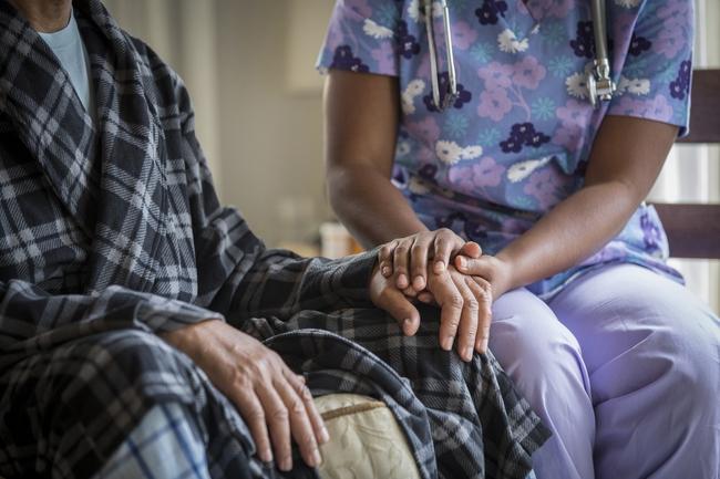 Bệnh đường hô hấp, nhiễm trùng vào mùa thu ở người cao tuổi chưa phải là bệnh nguy hiểm nhất - Ảnh 3.