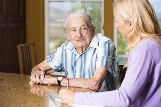 Bệnh đường hô hấp, nhiễm trùng vào mùa thu ở người cao tuổi chưa phải là bệnh nguy hiểm nhất - Ảnh 2.