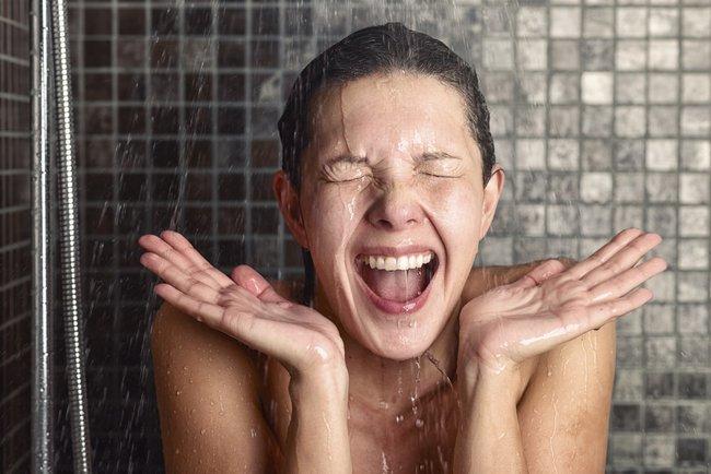 Tắm đêm có an toàn không? Đâu là những sai lầm có thể gây đột tử khi tắm? - Ảnh 1.