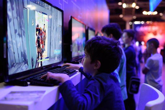 """BS. Phí Văn Công: """"Trẻ em dưới 5 tuổi cần hạn chế thời gian tiếp xúc với màn hình điện tử"""" - Ảnh 1."""