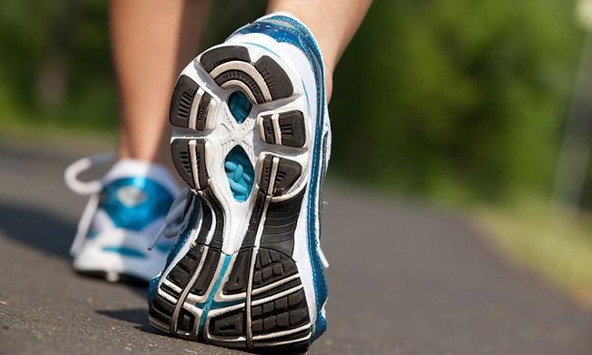 Làm thế nào để tiếp đất khi chạy bộ đúng cách nhằm tránh các chấn thương? - Ảnh 2.