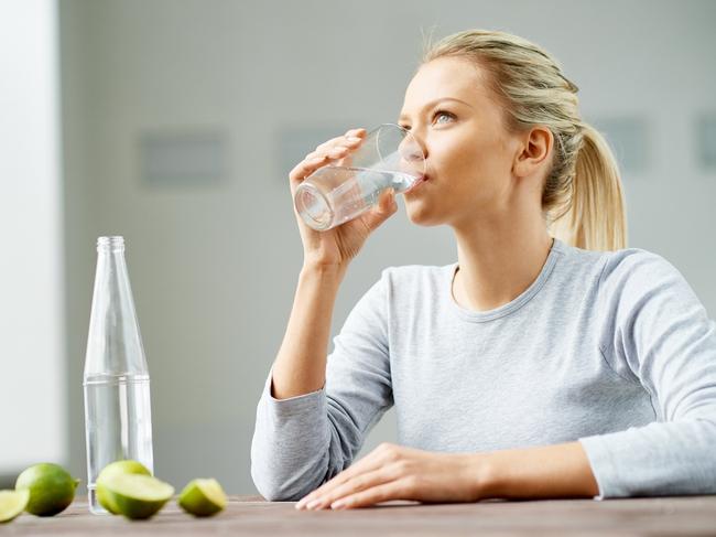 Uống nước khi đói và 12 lợi ích có thể bạn chưa biết! - Ảnh 2.