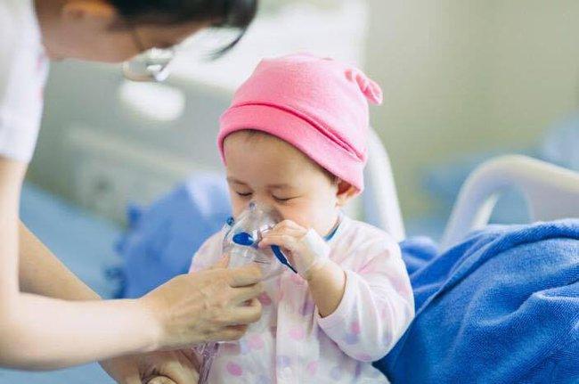 Số trẻ nhập viện cao gấp 3 lần trong mùa lạnh, chuyên gia hướng dẫn cách phòng bệnh hô hấp cho trẻ dịp cận Tết - Ảnh 1.