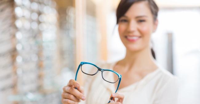 Dấu hiệu cho thấy kính cận không phù hợp, cần thay đổi ngay! - Ảnh 1.