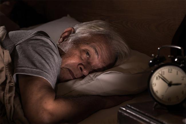 Xây dựng thói quen ăn uống như thế nào giúp người cao tuổi ngủ ngon giấc? - Ảnh 2.