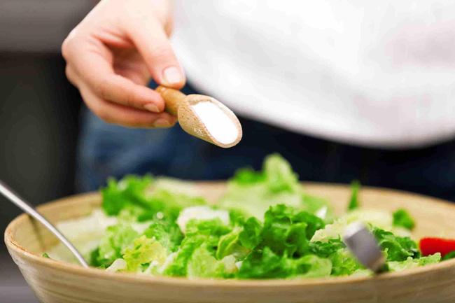 Muối là danh sách ăn kiêng hàng đầu cho người bị cao huyết áp - Ảnh 1.