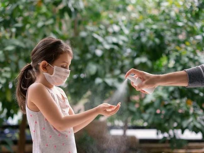 Tại sao chấn thương mắt do tiếp xúc với nước rửa tay có cồn gặp thường xuyên hơn trong đại dịch COVID-19 - Ảnh 2.