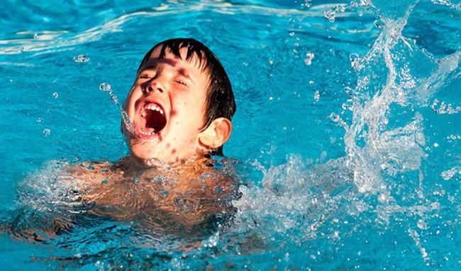 Vào mùa trẻ có nguy cơ đuối nước khi đi bơi cao cần tránh những sai lầm khi sơ cứu này - Ảnh 3.