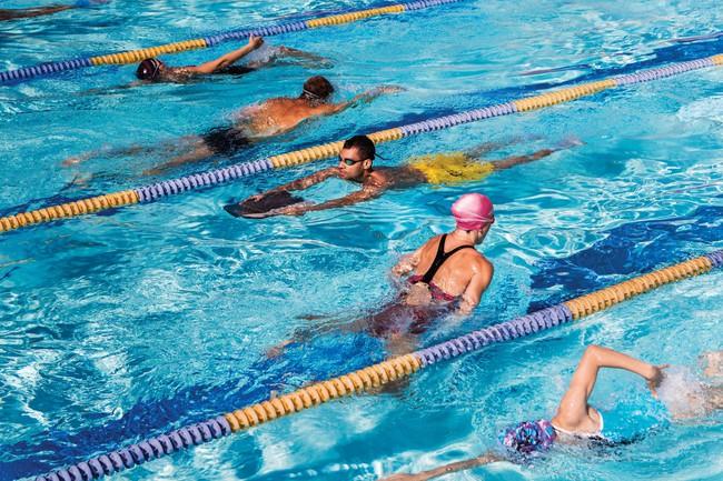 Đi bơi vào mùa hè có làm tăng nguy cơ mắc covid-19 hay không? - Ảnh 3.