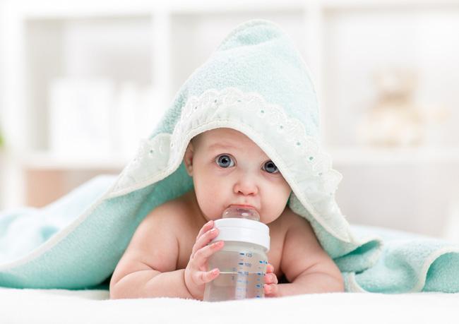 Trẻ sơ sinh có nên uống nước không? Khi nào trẻ nên uống nước? - Ảnh 4.