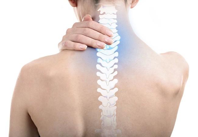 Thói quen vặn cổ, bẻ khớp tay khi bị đau mỏi có gây hại cho sức khỏe? Các chuyên gia nói gì? - Ảnh 1.