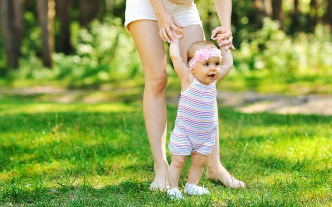 Chăm sóc con nhỏ, mẹ đã biết các giai đoạn phát triển của trẻ chưa? - Ảnh 4.