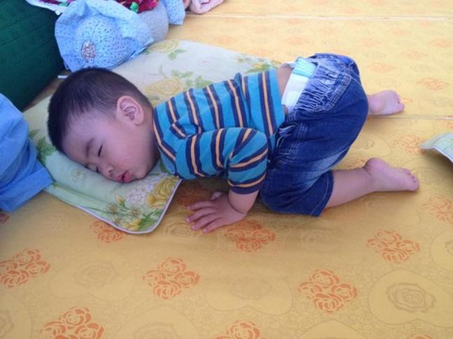 Tư thế trẻ ngủ nằm sấp chổng mông có tốt cho sức khoẻ trẻ không? - Ảnh 2.