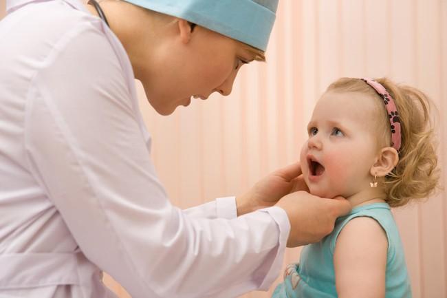 Thời tiết chuyển mùa, cha mẹ cần làm gì khi trẻ bị viêm họng cấp? Có những dạng viêm họng phổ biến nào ở trẻ? - Ảnh 2.