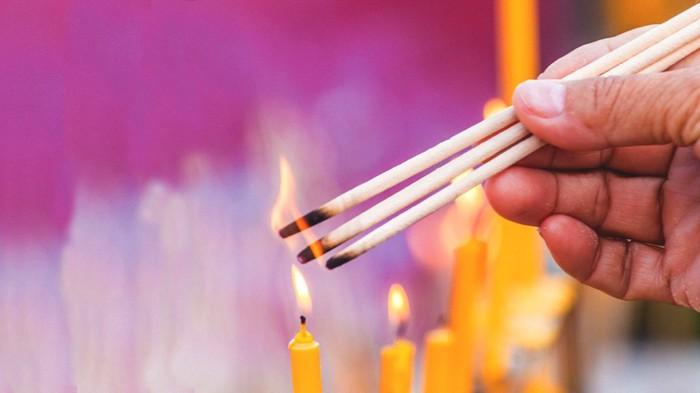 Khói nhang độc như khói thuốc lá: Những tác hại khi đốt nhang quá nhiều - Ảnh 1.