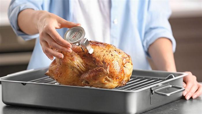 Để không trở thành nạn nhân bị ngộ độc thực phẩm cuối năm, người tiêu dùng cần làm gì? - Ảnh 2.