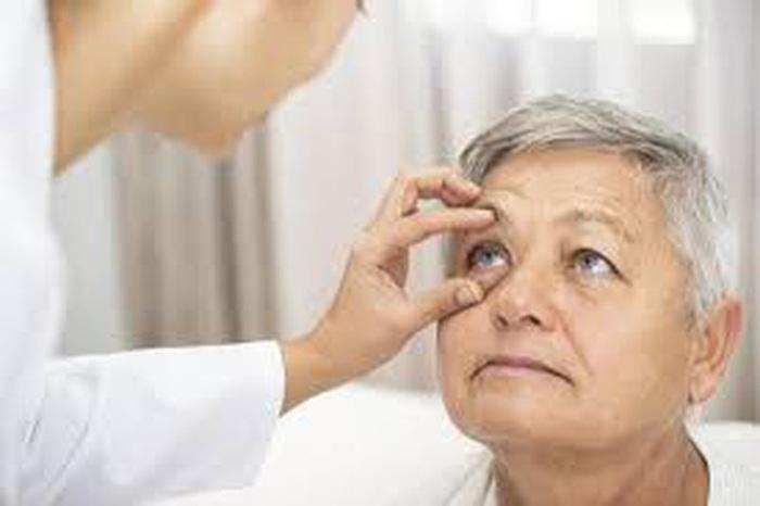 Khi nào cần đi khám mắt? Khám mắt giúp phát hiện các dấu hiệu của những bệnh lý nguy hiểm - Ảnh 3.