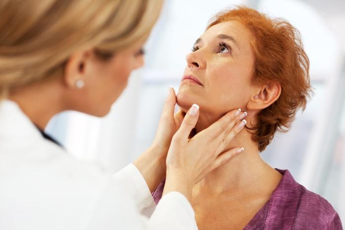 Viêm thanh quản mùa lạnh, cần làm gì khi mắc bệnh viêm thanh quản? - Ảnh 2.