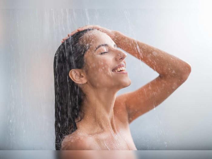 Thực hư chuyện tắm nước nóng gây rụng tóc vào mùa lạnh? - Ảnh 2.