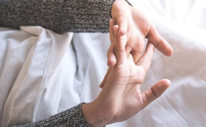 Bác sĩ Bệnh viện Việt Đức nói gì về thói quen vặn cổ, bẻ khớp tay khi bị đau mỏi? - Ảnh 2.