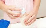 Nghiên cứu mới: Trẻ sơ sinh sẽ nuốt phải 1,6 triệu vi nhựa nếu các mẹ pha sữa theo cách này!