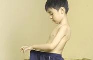 Bé trai vén váy bé gái trong giờ ngủ trưa: Nhận diện những hành vi giới tính bình thường và bất thường của trẻ