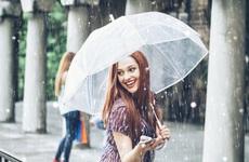 Chăm sóc da mùa mưa cần chú ý điều gì? Dưỡng ẩm và kem chống nắng có thật sự cần thiết?