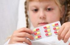 Đề phòng tác dụng phụ của các thuốc điều trị triệu chứng bệnh tay chân miệng, cha mẹ cần đặc biệt lưu ý!