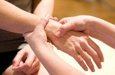 Tại sao lại bị co rút bàn tay? Cần làm gì để khắc phục tình trạng đau co rút bàn tay?
