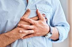Trước khi ngủ nếu thấy những dấu hiệu này ở vùng ngực và bụng, cẩn thận với cơn đột quỵ tim!