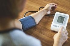 Bị cao huyết áp tự đo ở nhà được không? Mẹo hay tự đo huyết áp tại nhà chính xác nhất