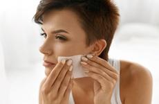 Mùa hè khiến da bóng nhờn, bạn đã biết cách sử dụng giấy thấm dầu đúng chuẩn chưa?