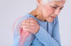 Bị đau vai, viêm quanh khớp vai thể đông cứng tiêm vắc-xin COVID-19 được không?