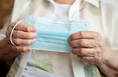 Nghiên cứu mới về sự tái nhiễm covid cho thấy lý do tại sao người lớn tuổi cần được tiêm chủng
