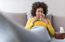 Hắt hơi, đau mắt đỏ có phải triệu chứng của virus corona (COVID-19)