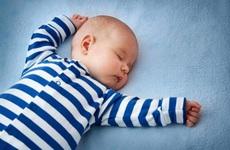 Trẻ sơ sinh có nên nằm gối không? Có nên cho trẻ dùng gối chống bẹp đầu không?