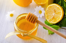 Hướng dẫn cách làm son dưỡng môi từ mật ong đơn giản, dễ thực hiện