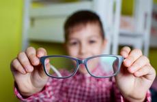 Bị cận không đeo kính có tăng độ không? Tác hại khi bị cận thị không đeo kính