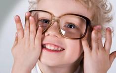 Ba mẹ làm gì để giúp con không bị cận thị?