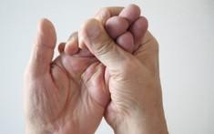 Nhận biết dấu hiệu thoát vị đĩa đệm ở người lớn tuổi