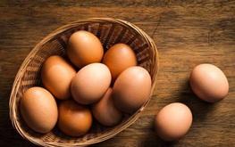 Người mắc bệnh đau mắt đỏ ăn trứng được không?