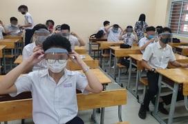 Đeo nón tấm chắn liên tục trong lớp học và nguy cơ cận thị, mỏi mắt ở trẻ - Chuyên gia lên tiếng!
