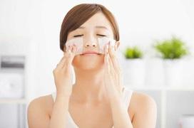 Mùa hè thường xuyên sử dụng giấy thấm dầu có làm khô da?