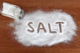 """Ăn nhiều muối vào mùa đông: """"Sát thủ thầm lặng"""" đối với người mắc bệnh tim mạch"""