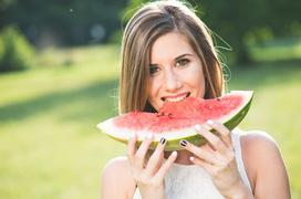 Sốt có ăn được dưa hấu không? Đối tượng nào không nên ăn dưa hấu?
